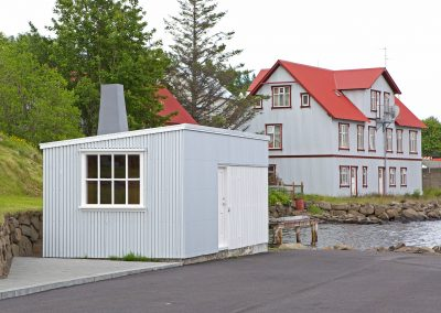Þvottahús við Tanga. Valhöll í baksýn.